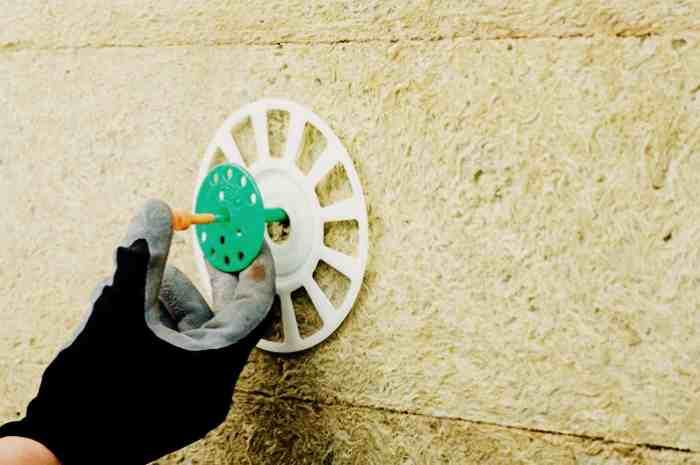Фиксация минеральной ваты к стене с помощью пластмассовых дюпелей