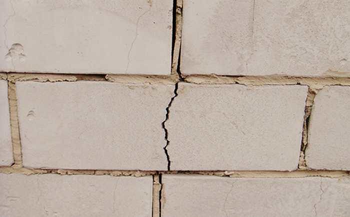 Появление трещин на стенки из силикатного кирпича