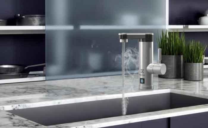 Кран нагрева электрический Electrolux Taptronic S, серебристый на кухне